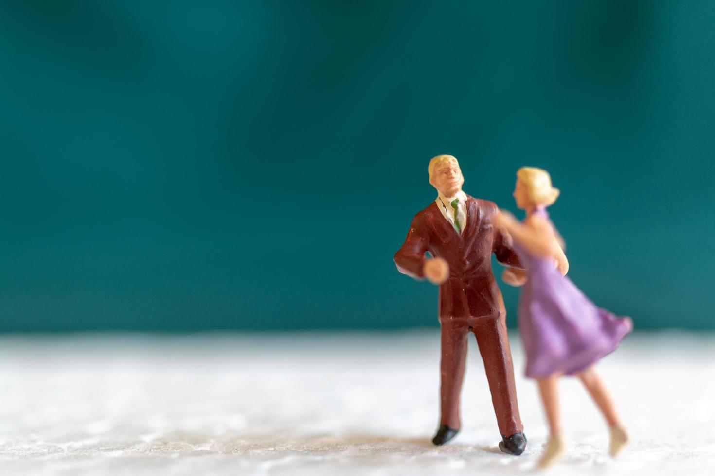 couple miniature dansant sur un plancher, concept de la saint valentin photo