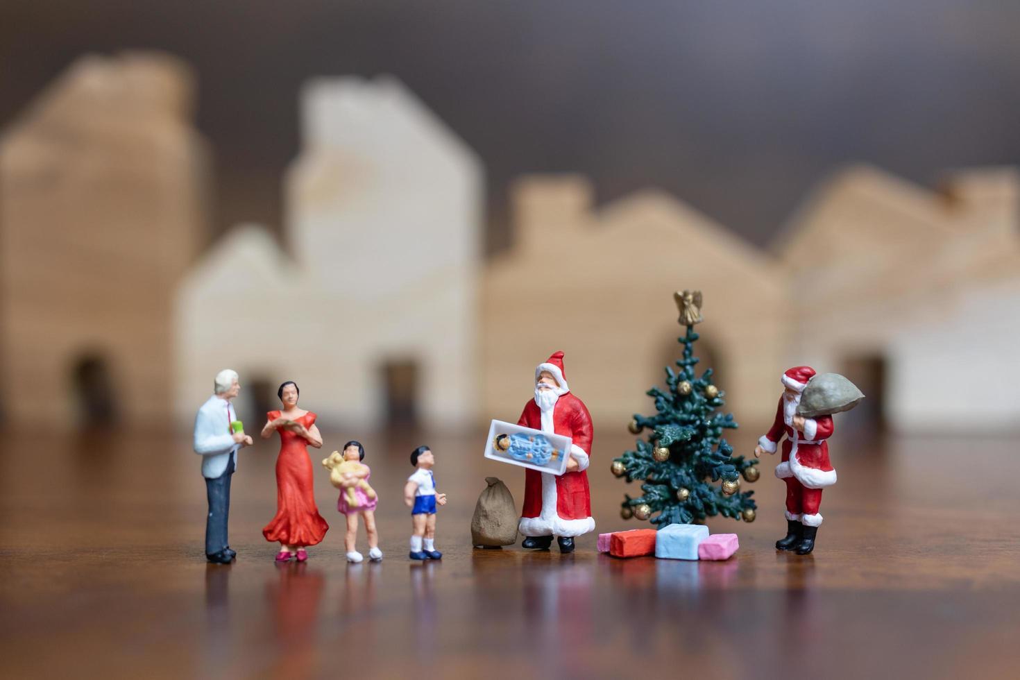 Père Noël miniature et une famille heureuse, joyeux Noël et bonne année concept photo