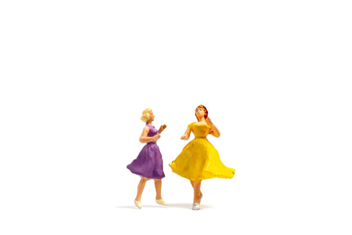 personnes miniatures dansant sur fond blanc photo