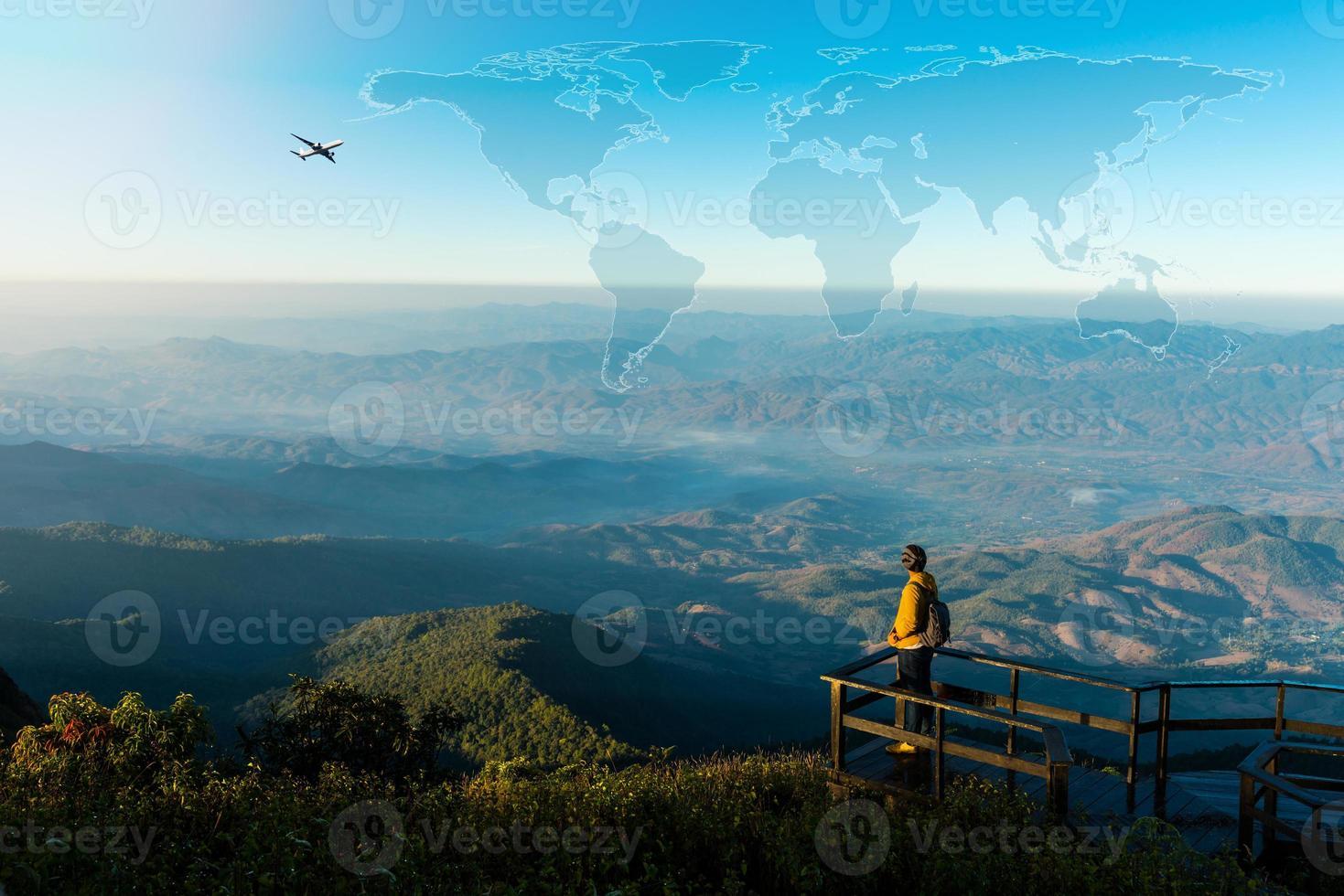 concept de voyage avec homme au sommet de la montagne photo