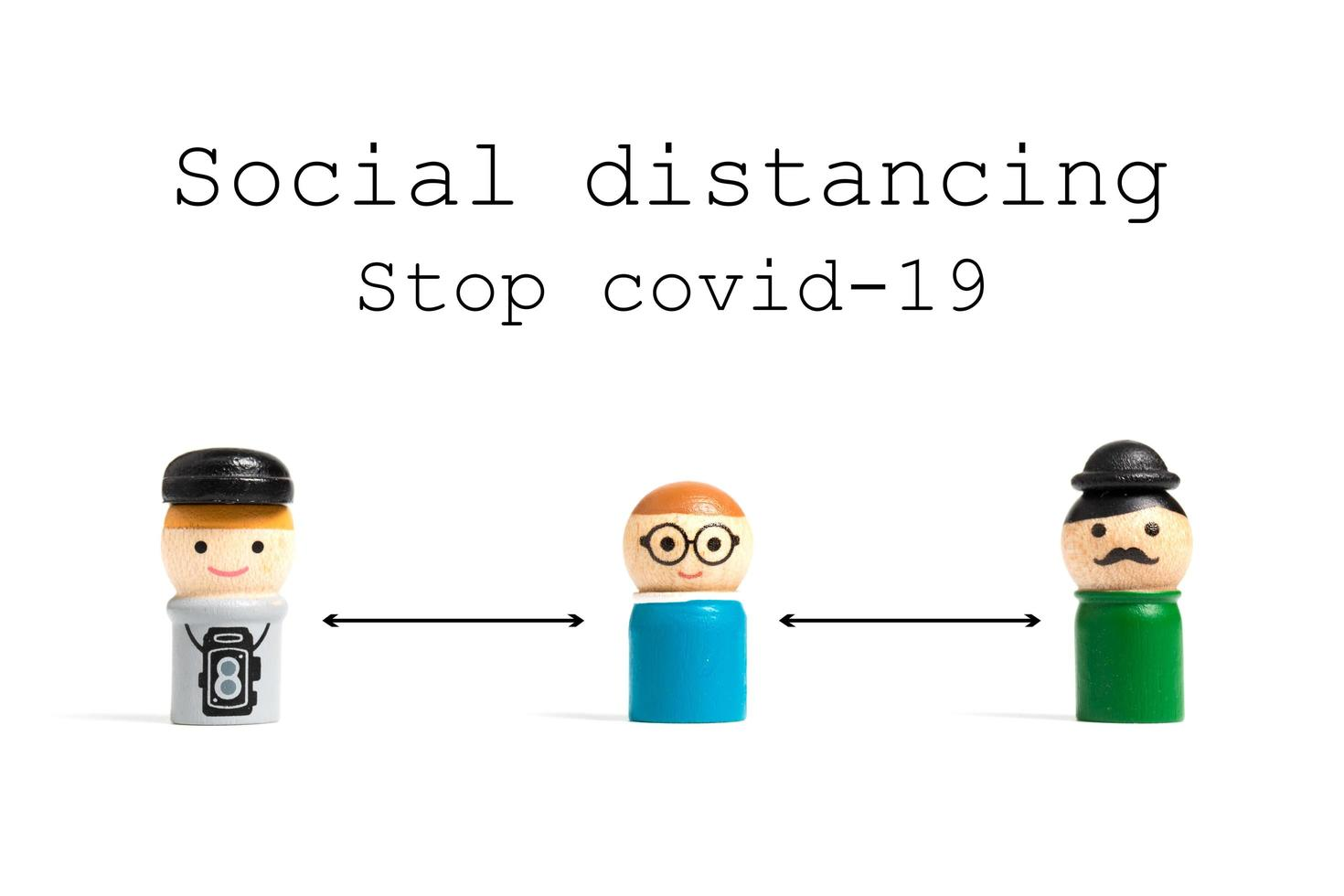 Arrêter le texte de distanciation sociale covid-19 avec des personnes miniatures sur fond blanc, concept de distanciation sociale photo