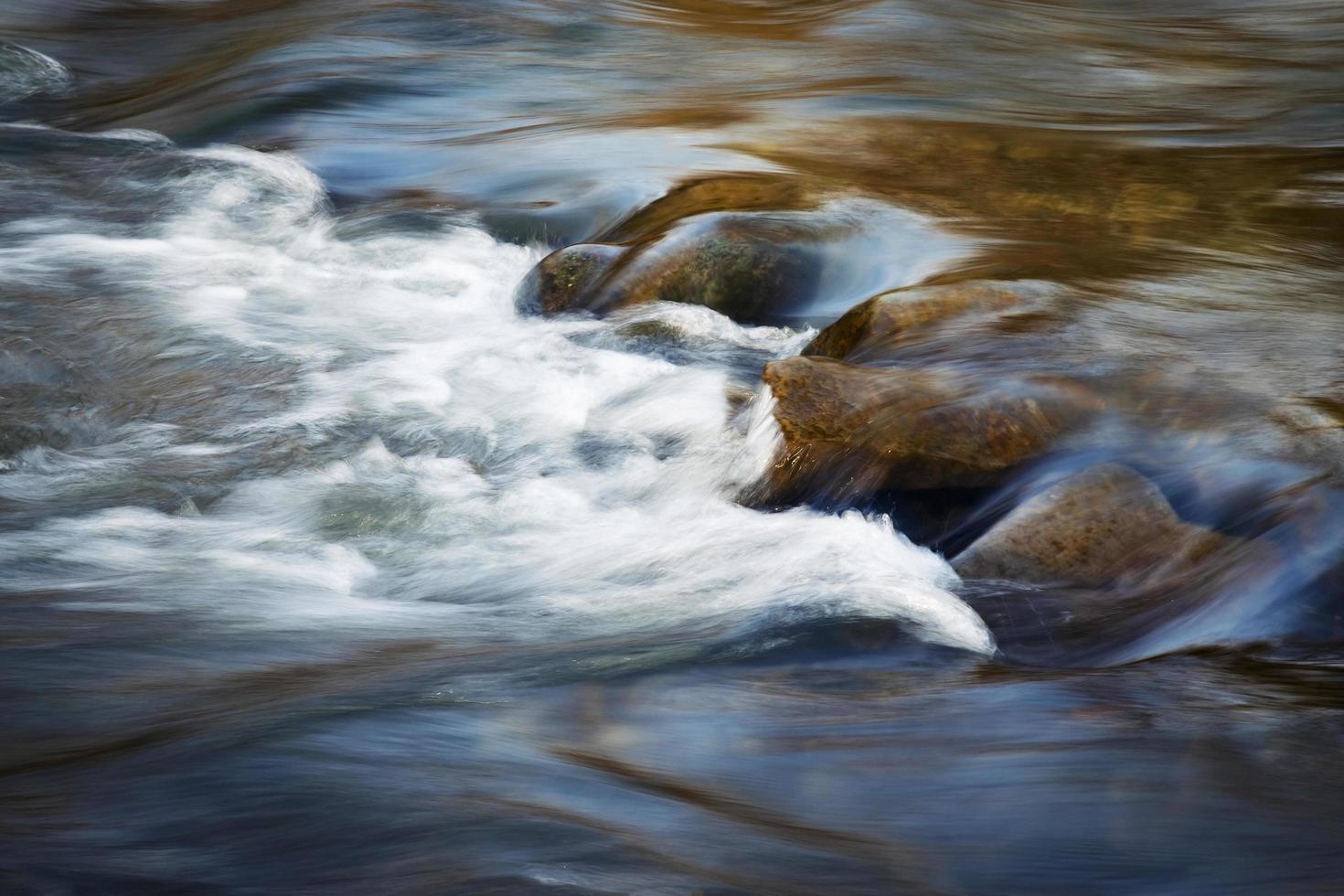 longue exposition des rapides de la rivière photo