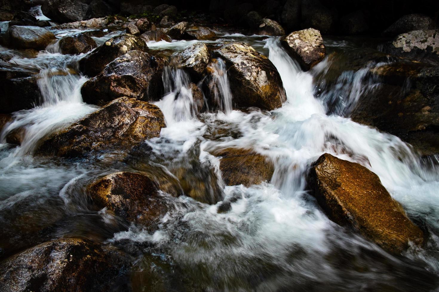 beau ruisseau et rochers photo
