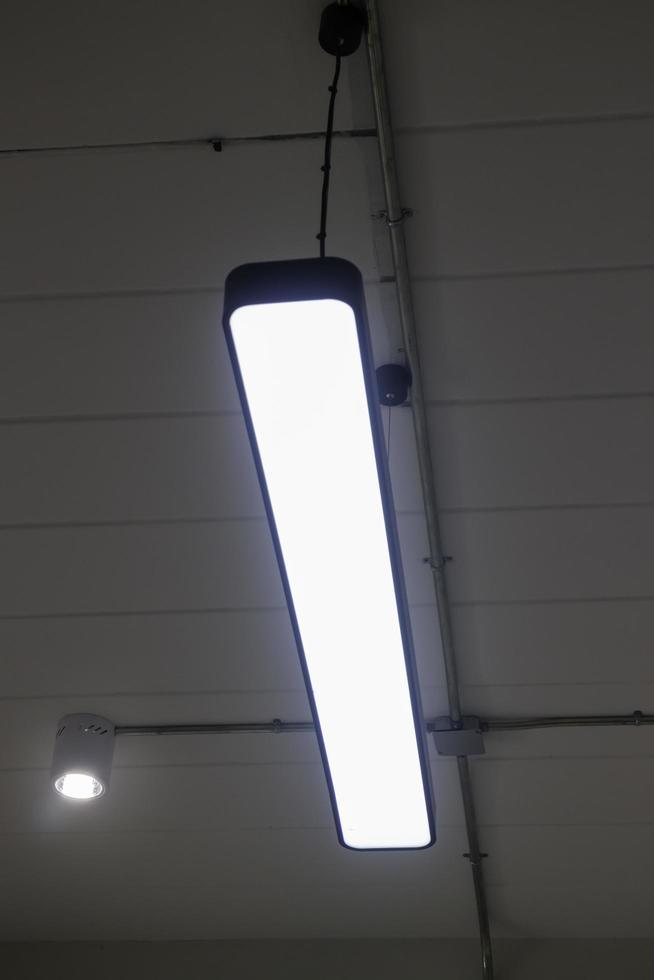 tube de lampes fluorescentes au plafond photo
