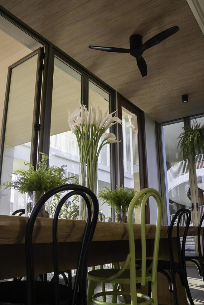 café-bar avec de grandes fenêtres photo