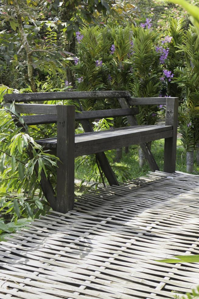banc dans un jardin photo