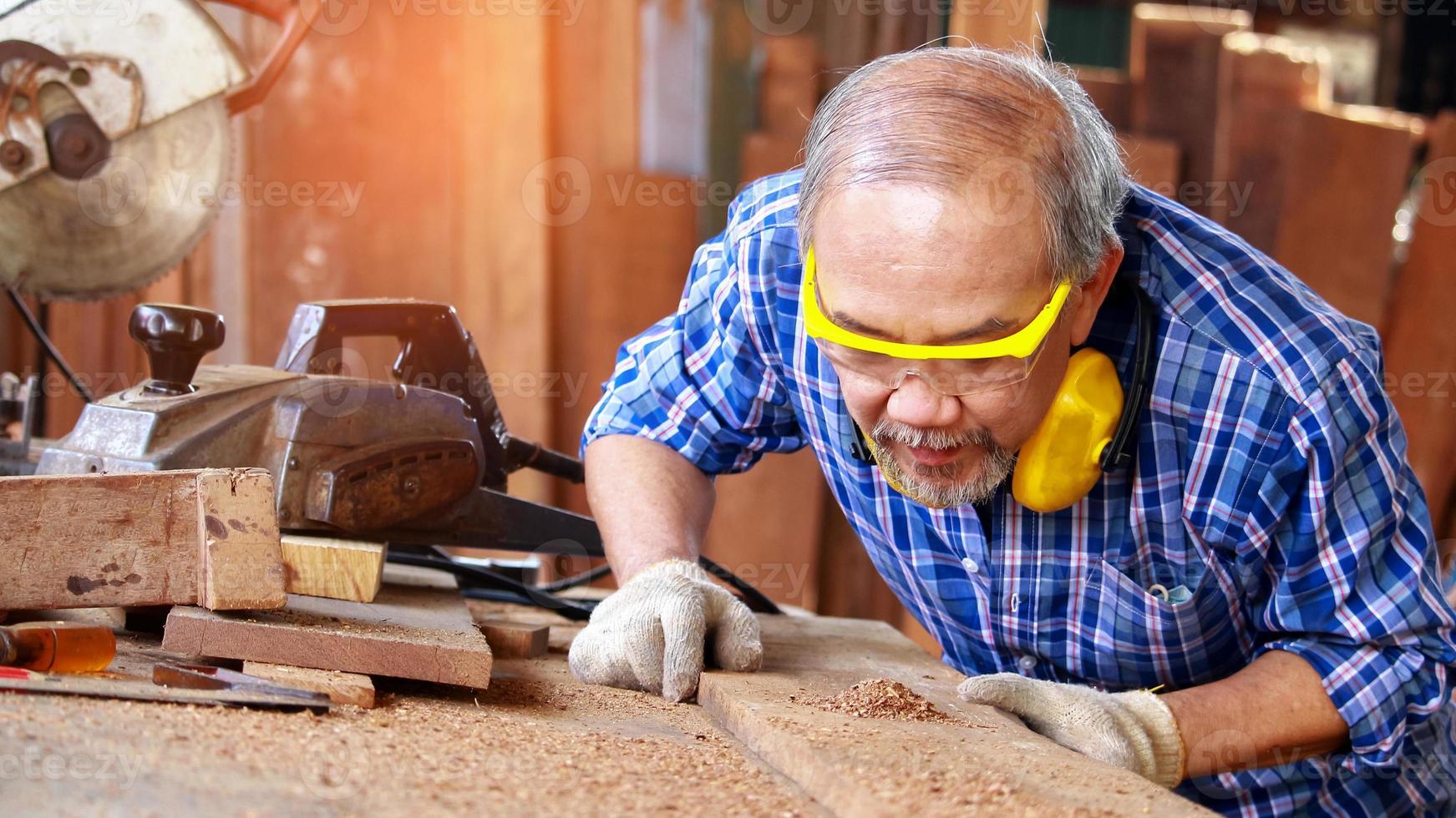 charpentier, scier du bois photo