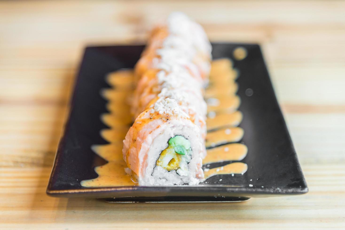 Rouleau de sushi au saumon, cuisine japonaise traditionnelle photo