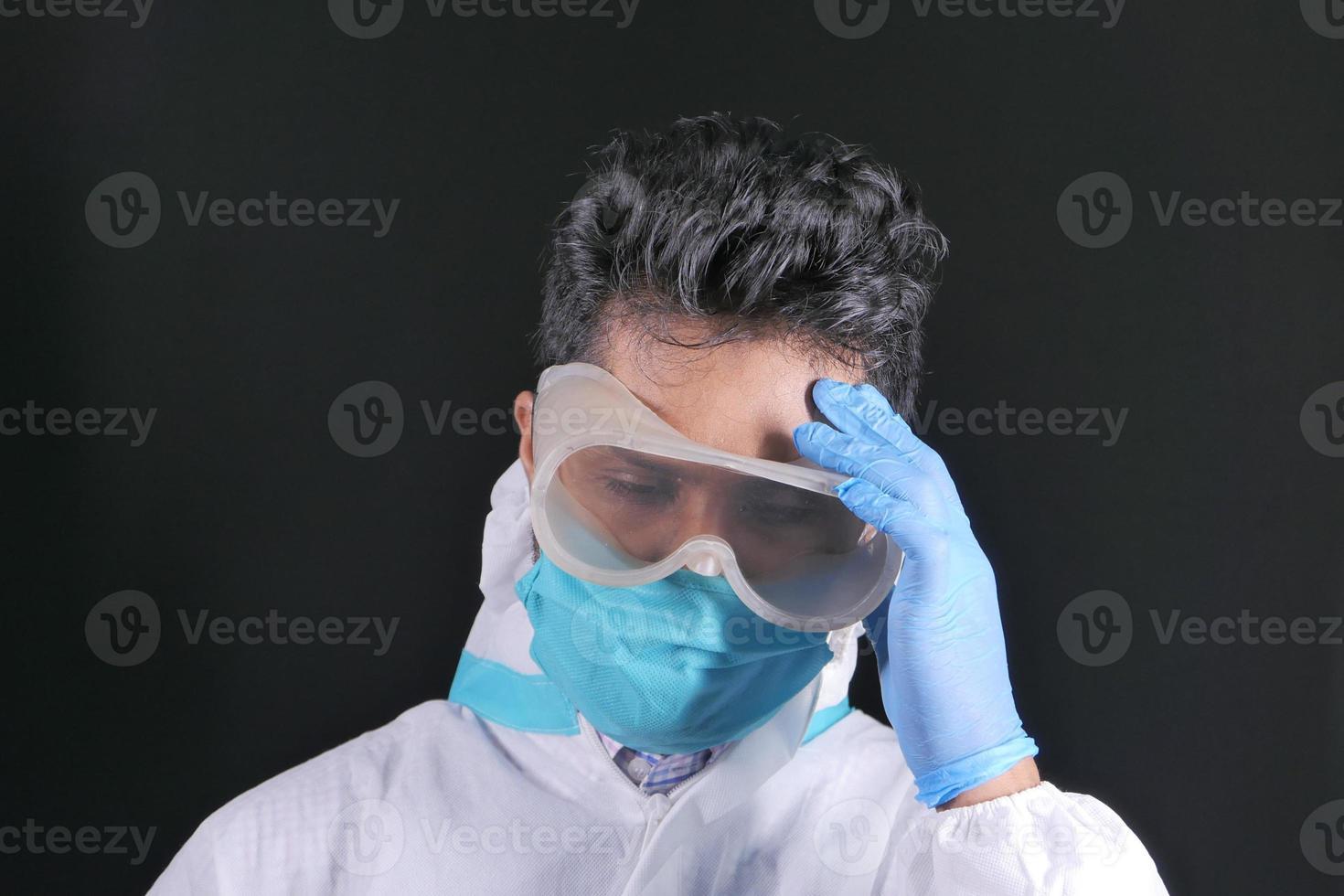 médecin portant ppe sur fond noir photo