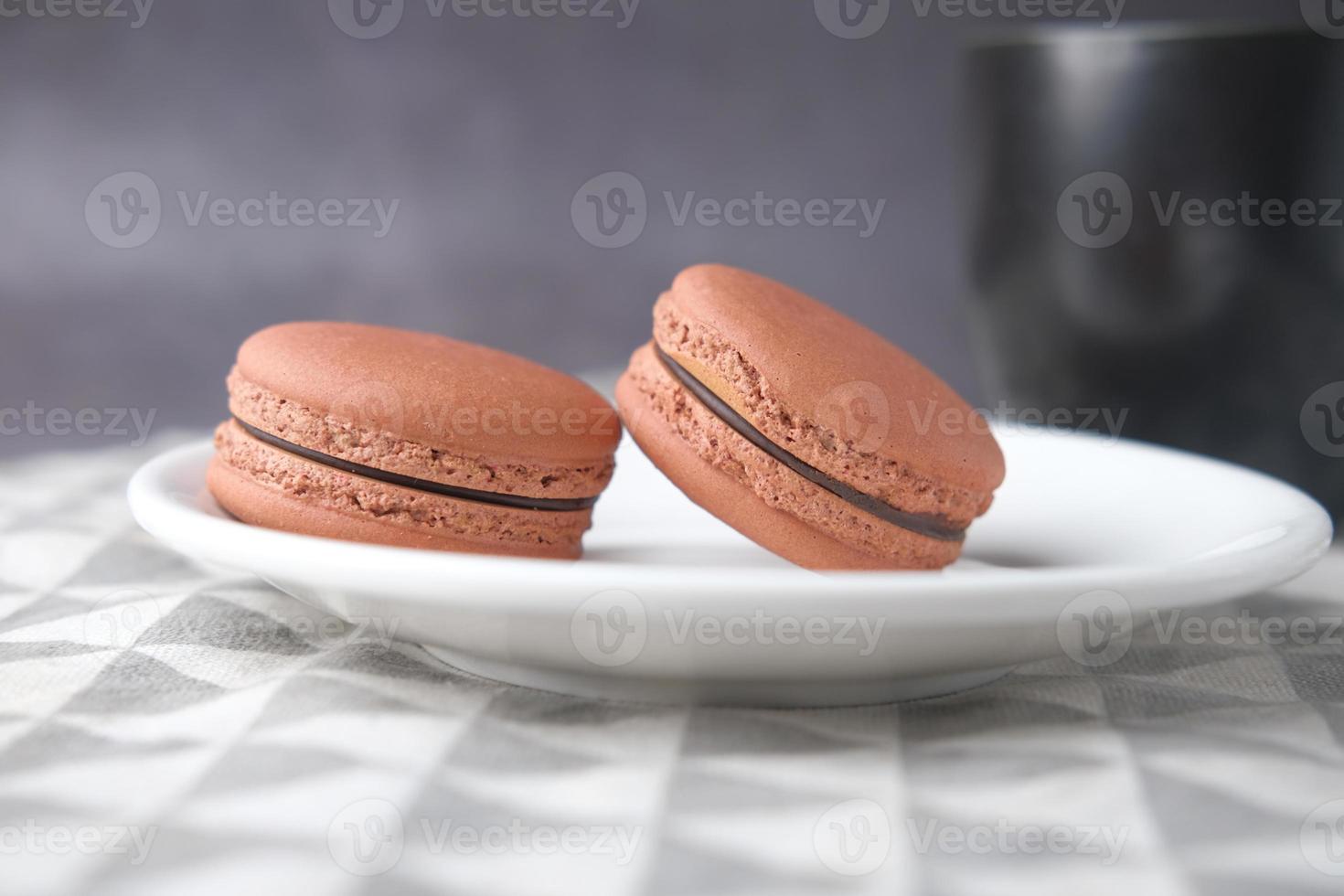 Close up de macarons dans un bol photo