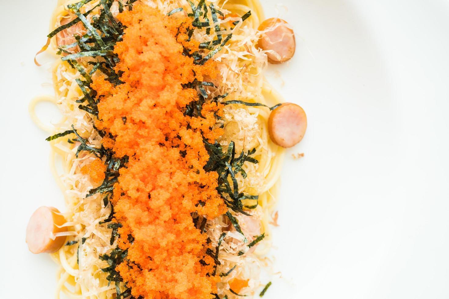 spaghetti aux saucisses, oeuf de crevettes, algues, calamars secs sur le dessus photo