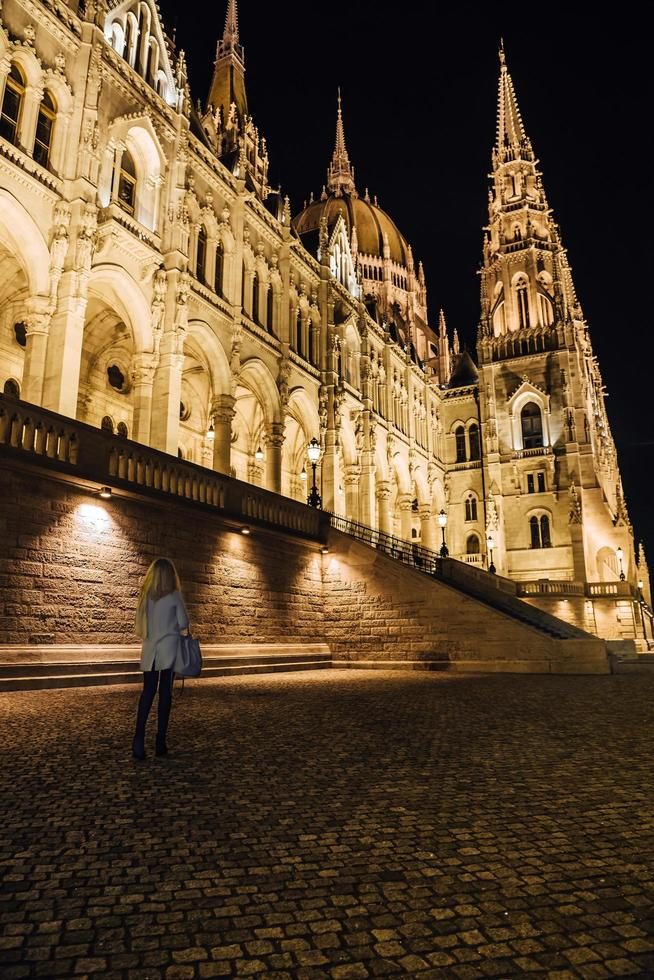 Budapest, Hongrie 2017- le parlement hongrois à budapest sur le danube dans les veilleuses des lampadaires photo