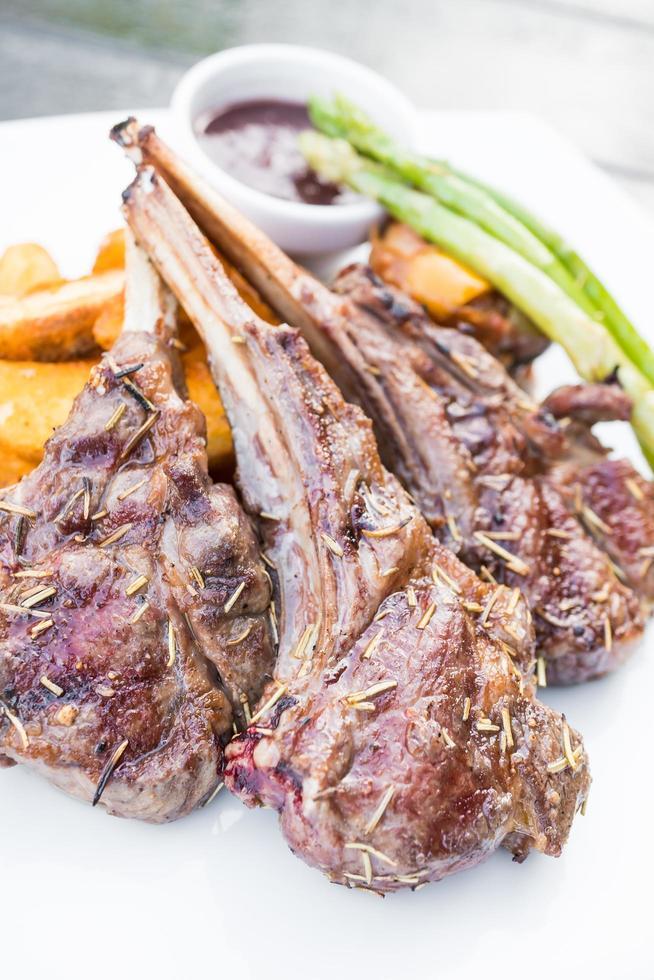 steak de côte d'agneau grillé photo