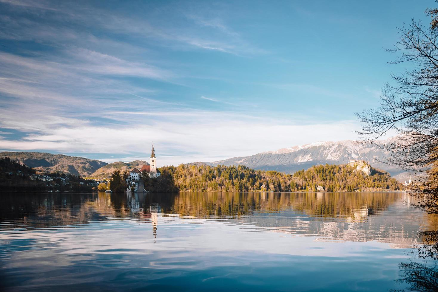 lac de saignement dans les montagnes alpines photo