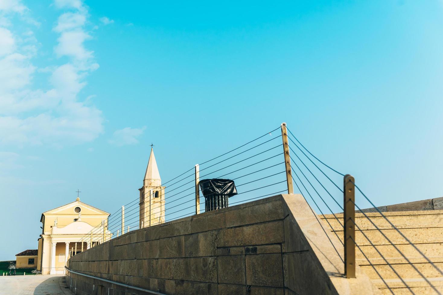 Église de notre dame de l'ange sur la plage de caorle italie photo
