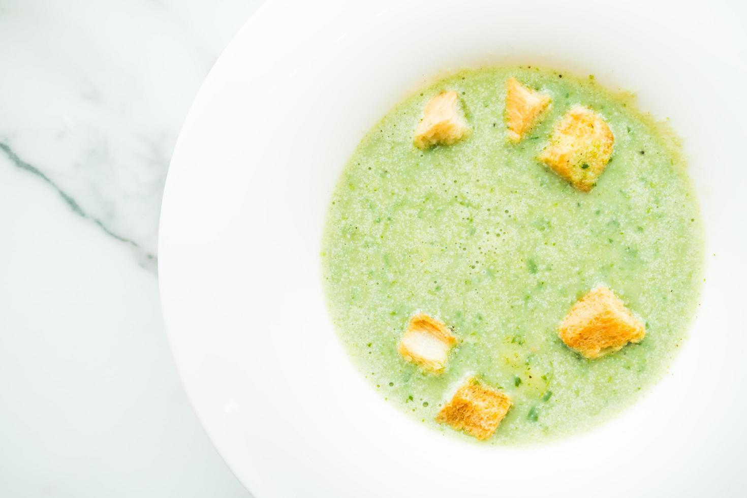 soupe à la crème d'épinards verts photo