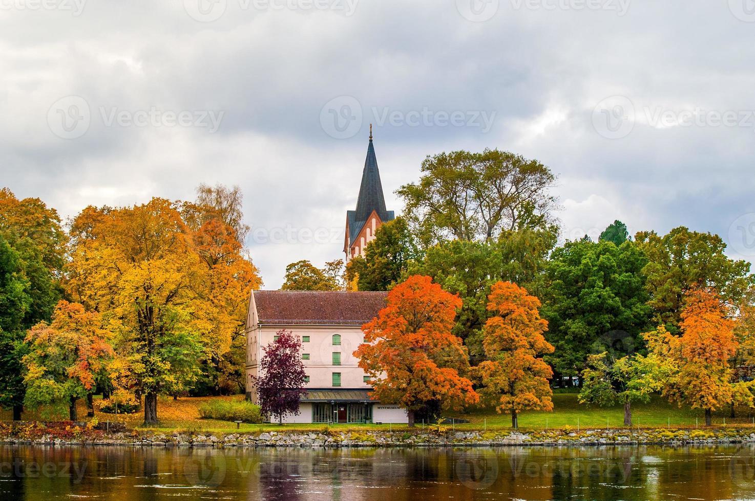 vue très colorée d'une église suédoise à l'automne. avec des arbres de différentes couleurs photo