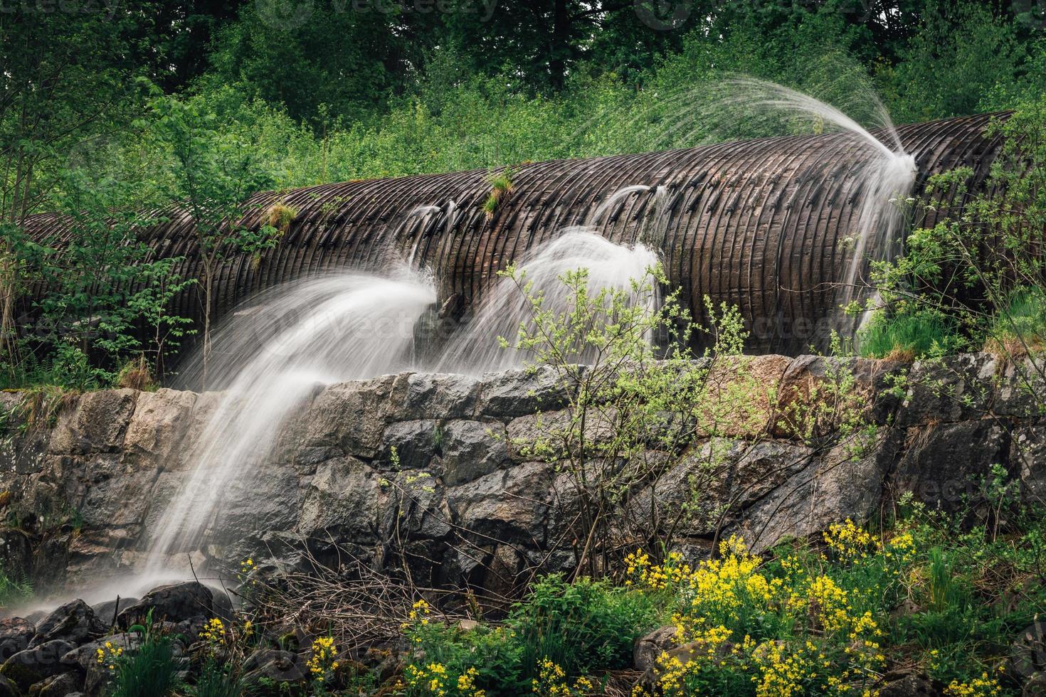 tube d'eau qui fuit avec des cascades d'eau photo