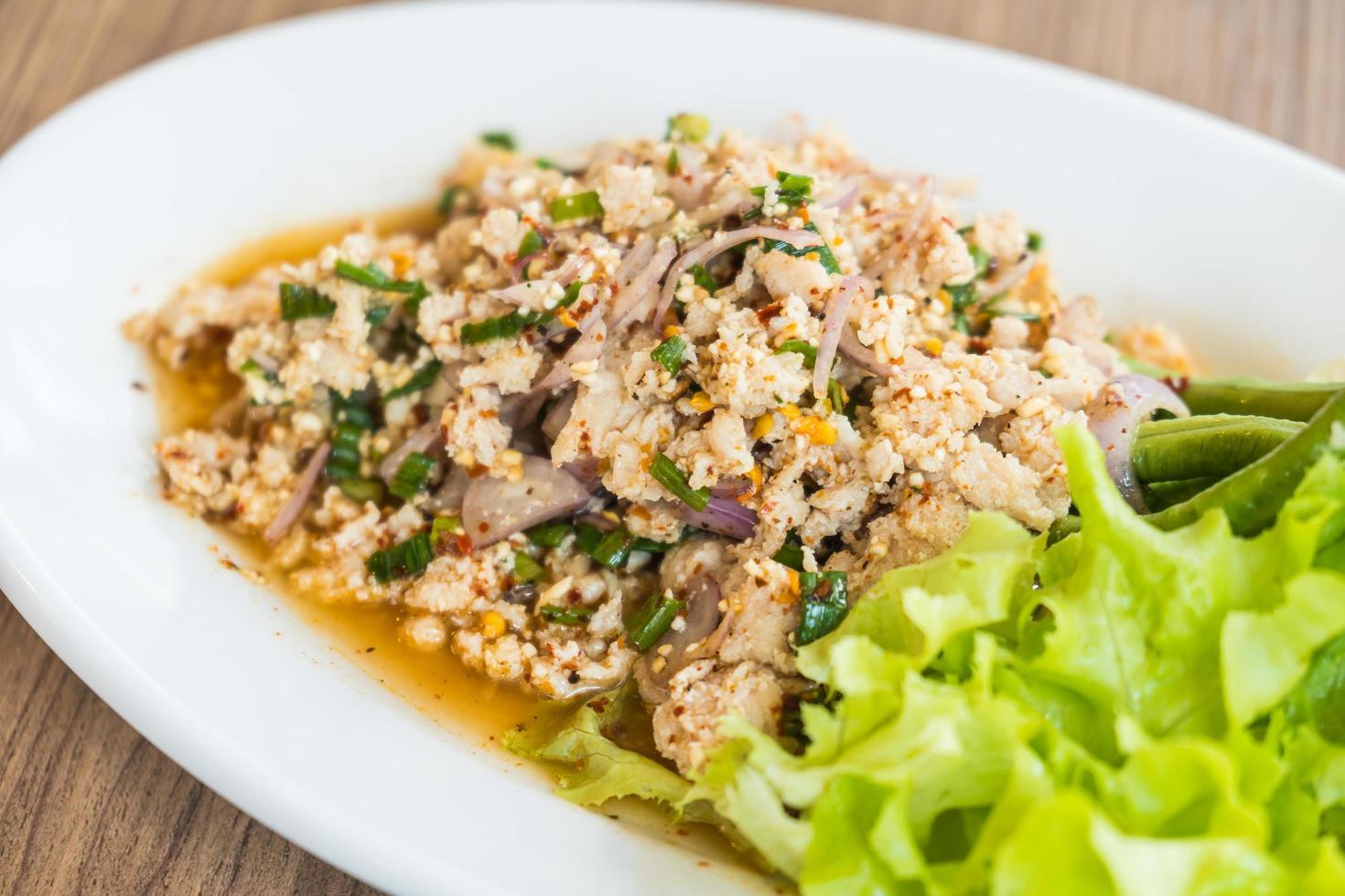 salade de poulet haché épicé photo