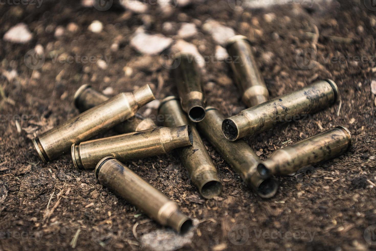 Pile d'obus de munitions usagées sur le terrain photo