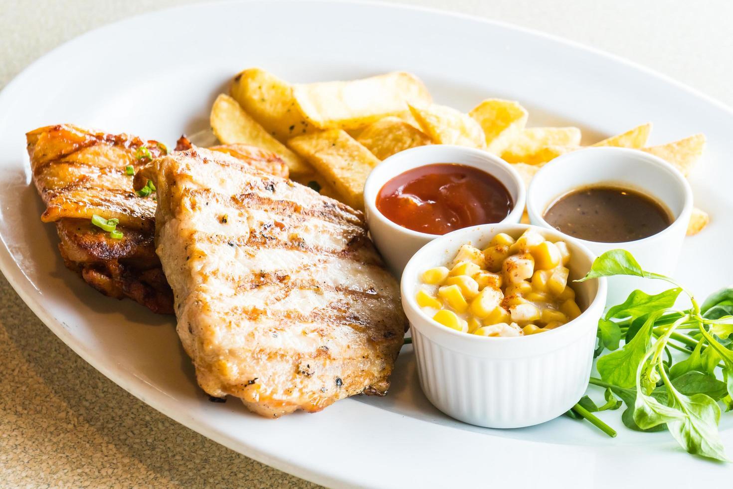 côtelette de porc et steak de poulet photo