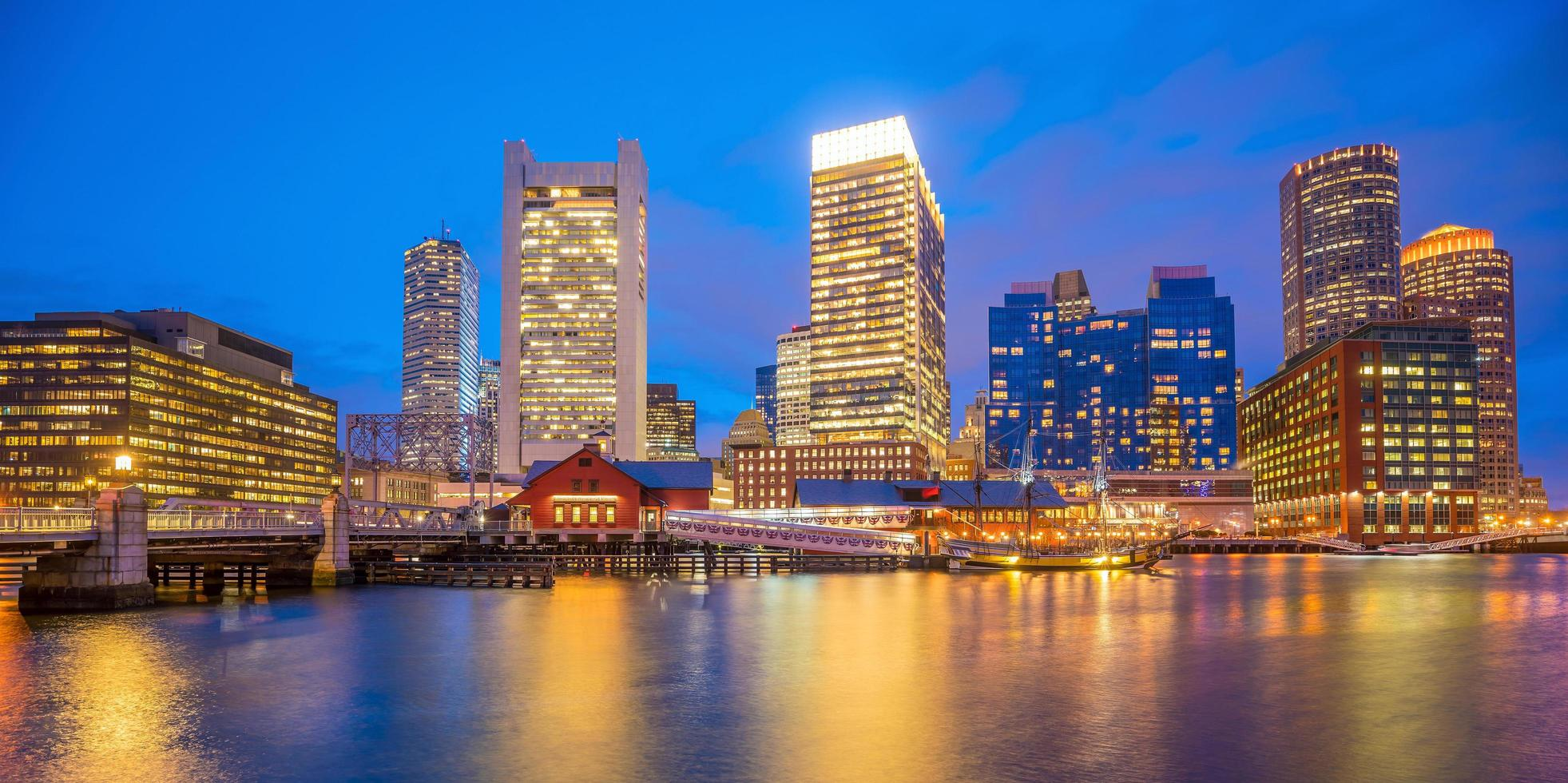 Skyline du port de Boston au crépuscule, Massachusetts photo