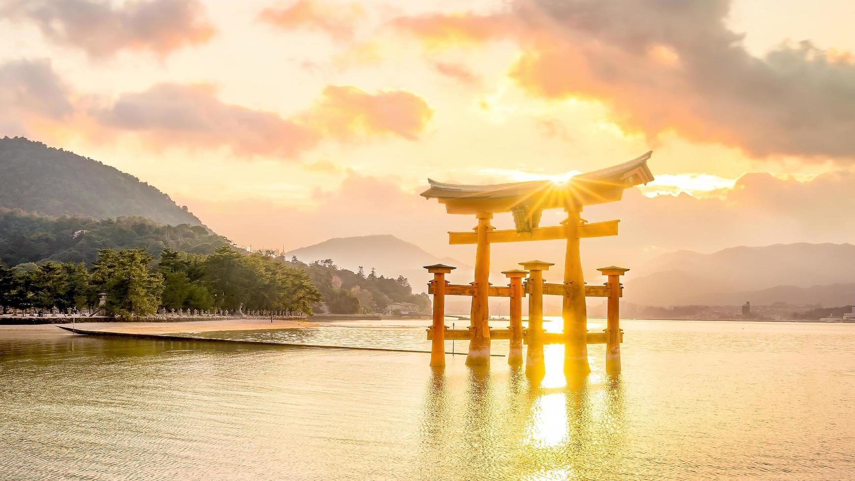 la porte flottante du sanctuaire itsukushima au coucher du soleil photo