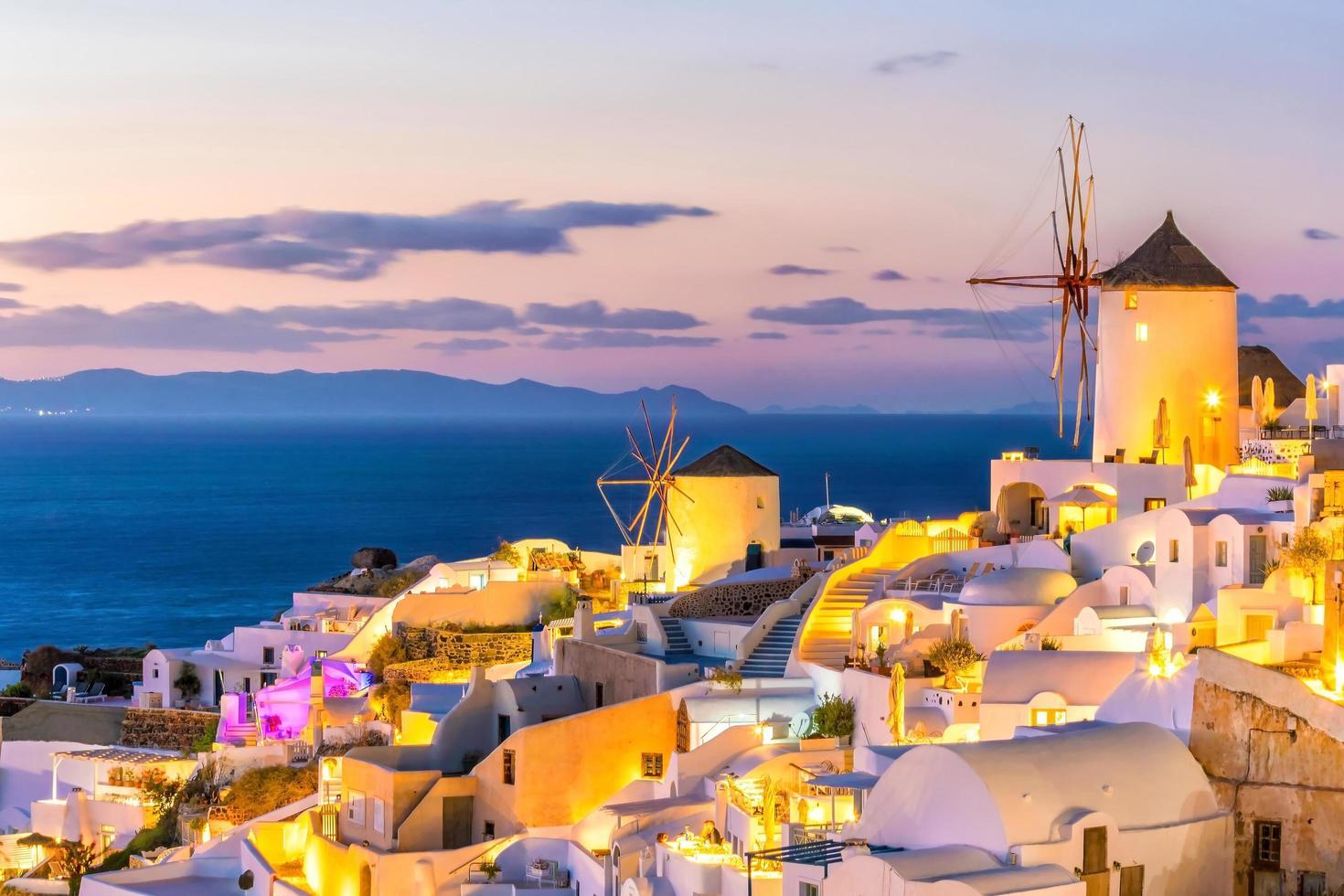 Coucher de soleil sur la célèbre ville d'Oia, Grèce, Europe photo