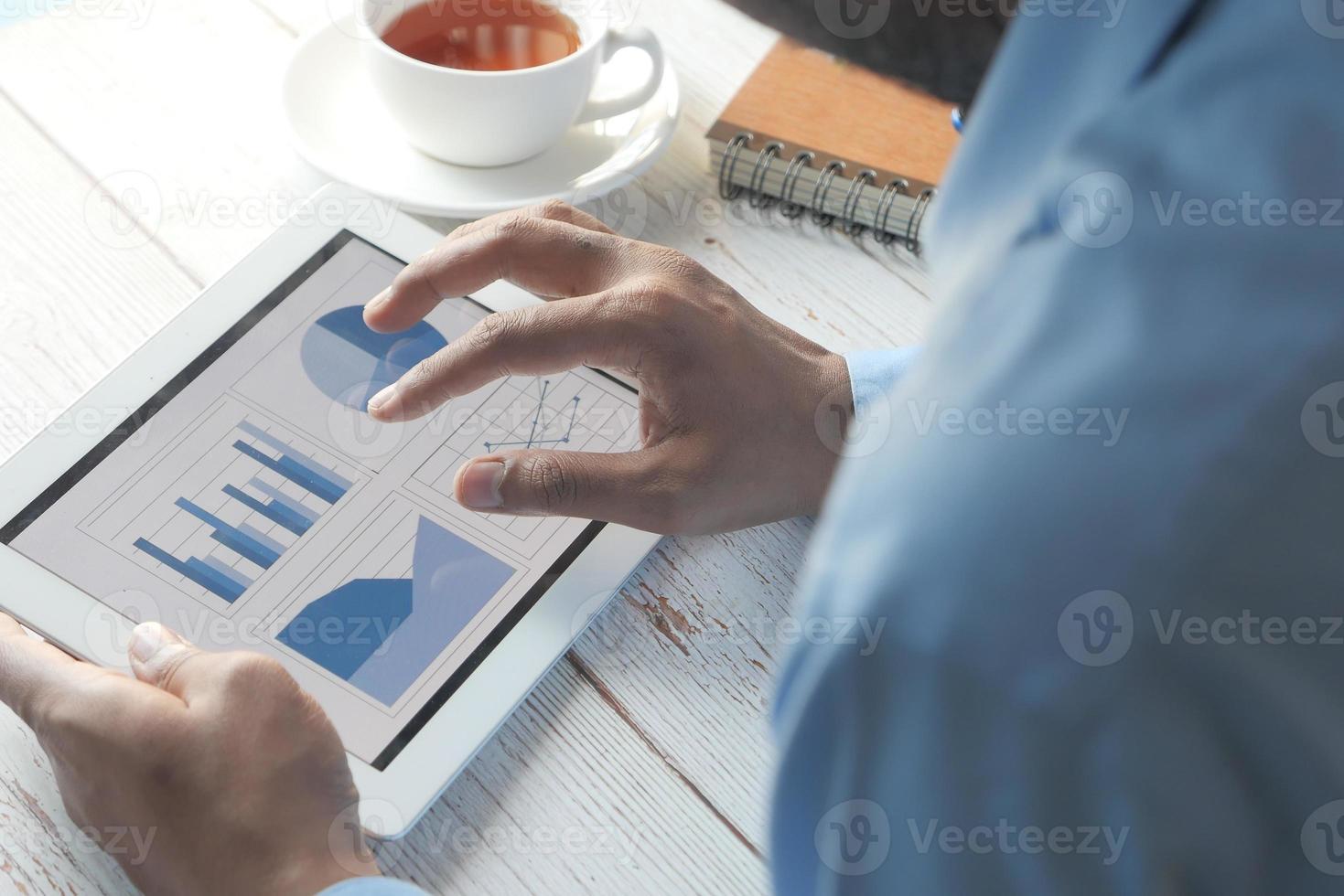 homme travaillant sur tablette numérique photo