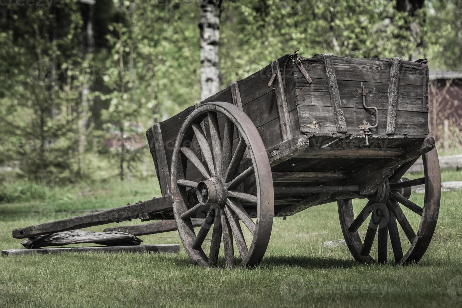 Ancienne voiture de manoir avec roues en bois photo
