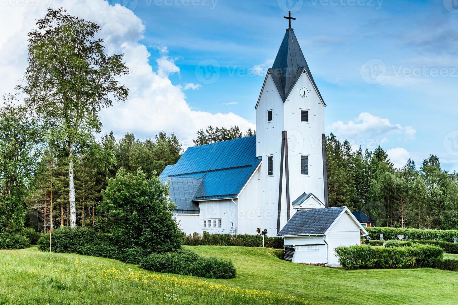 Vue d'été d'une église en bois blanc en Suède photo