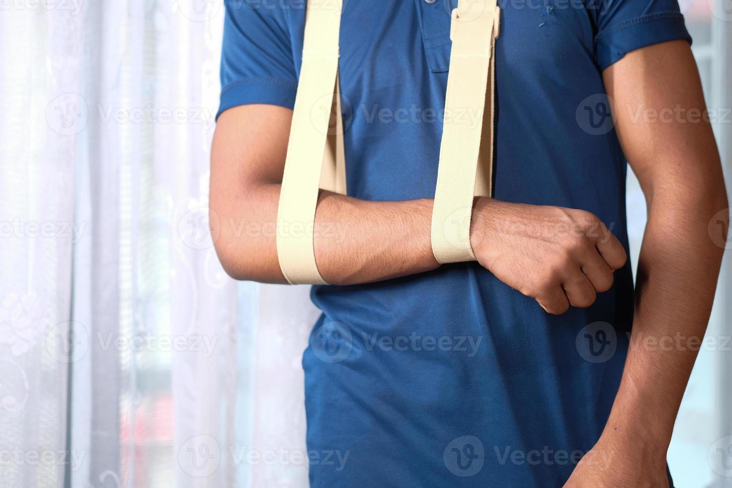 homme en chemise bleue portant une écharpe de bras photo
