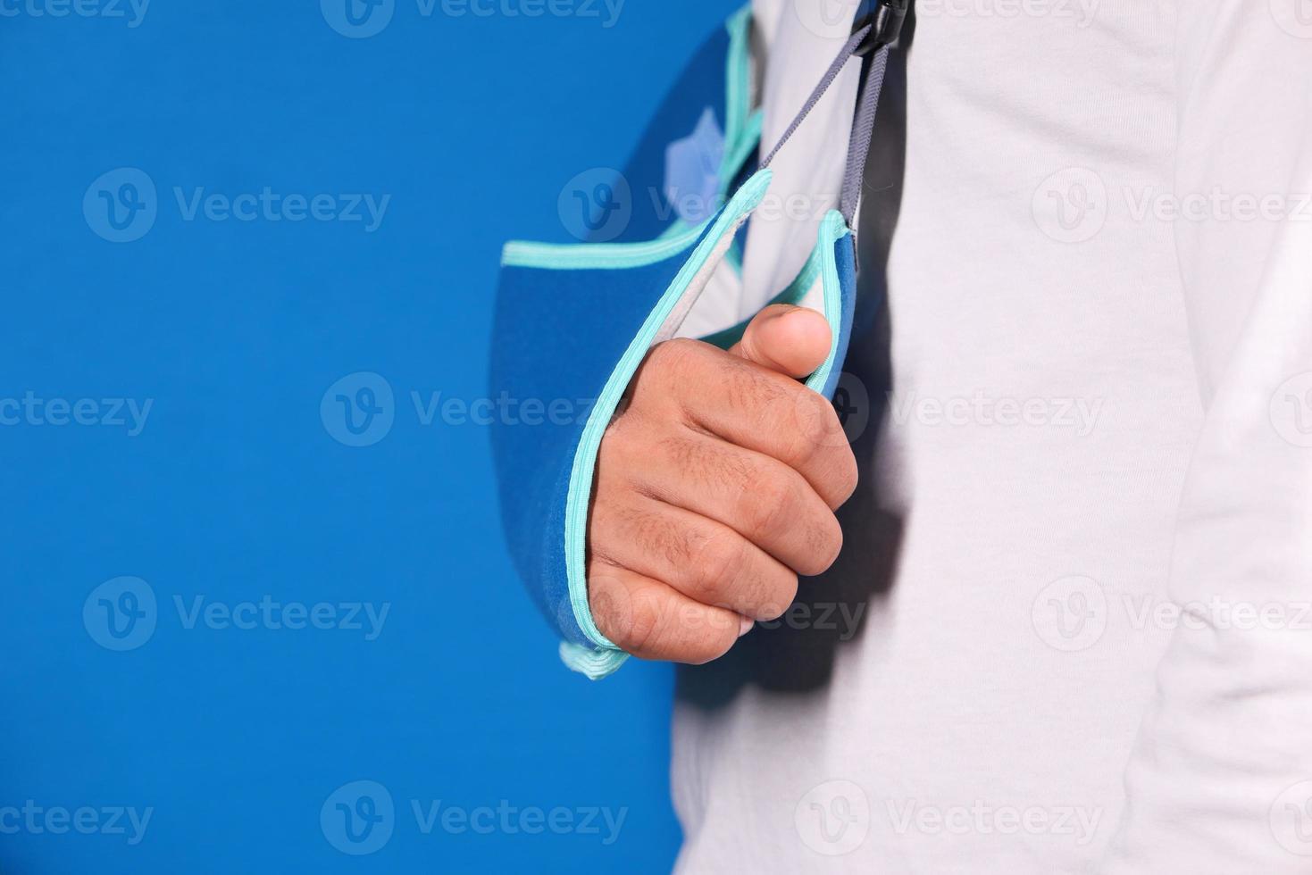 homme portant une écharpe de bras photo