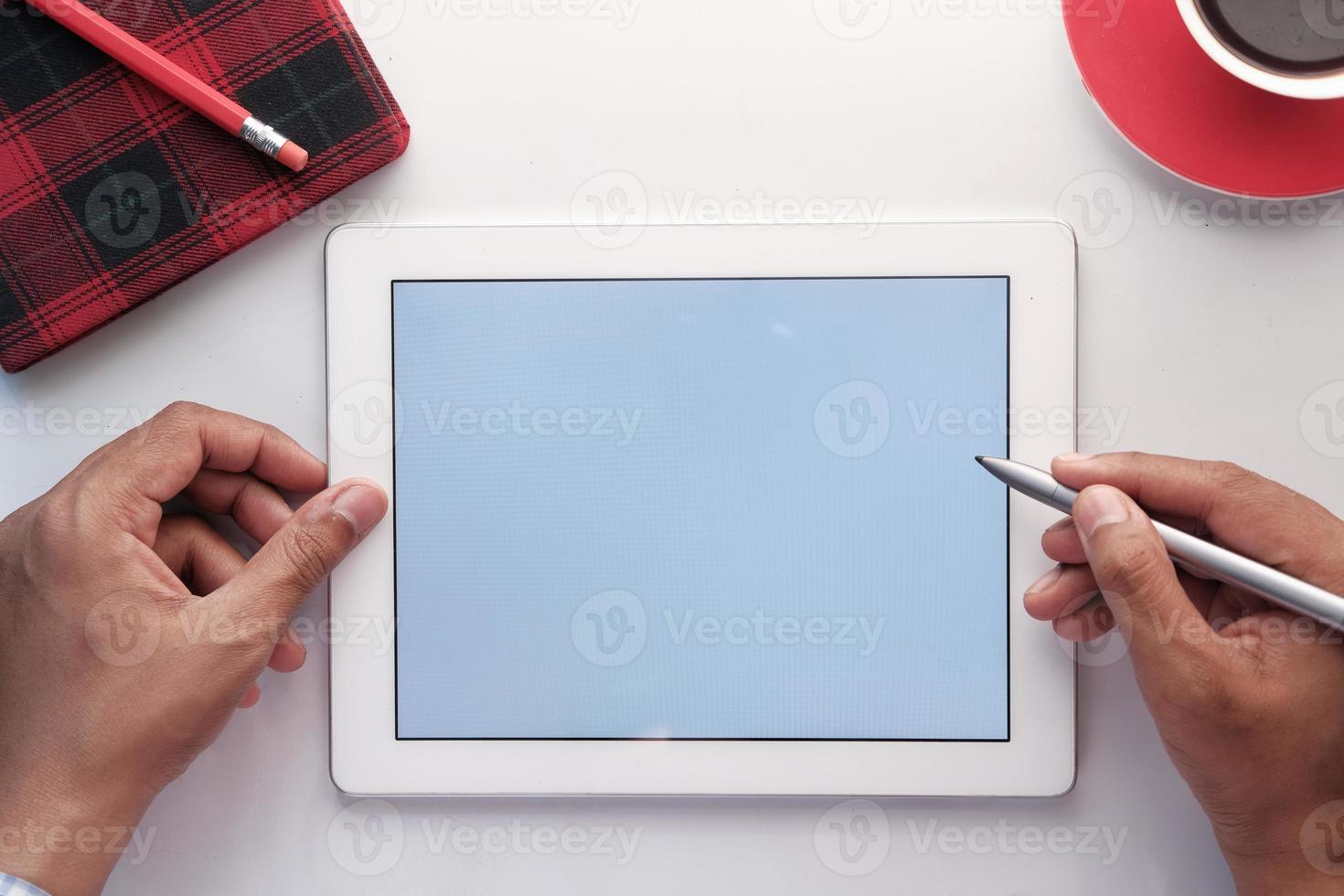 tablette numérique sur table photo