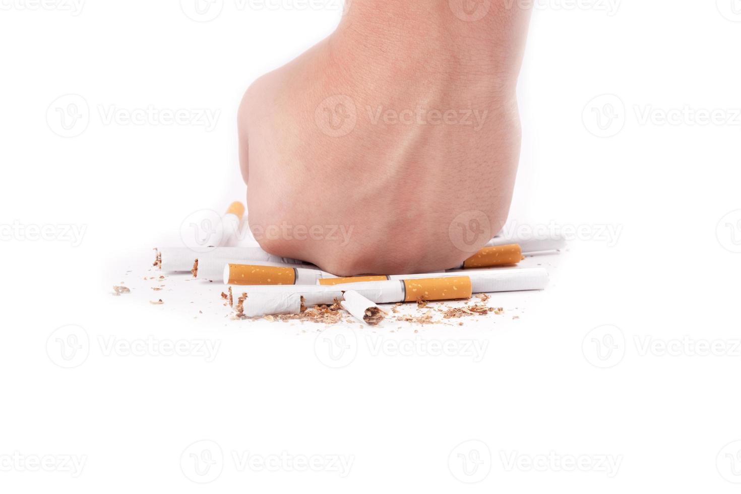 écraser les cigarettes à la main photo