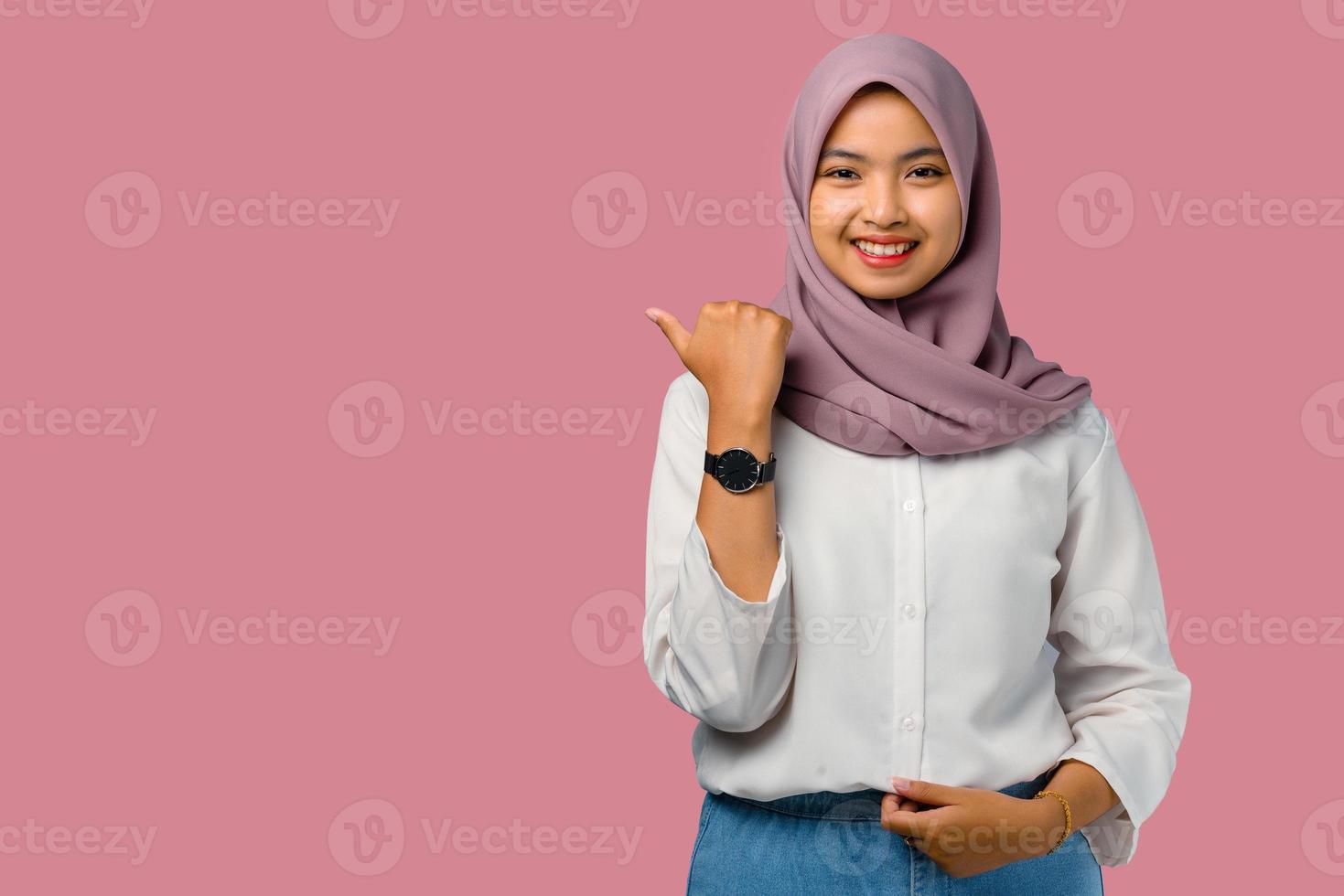 femme portant un hijab sur fond rose photo