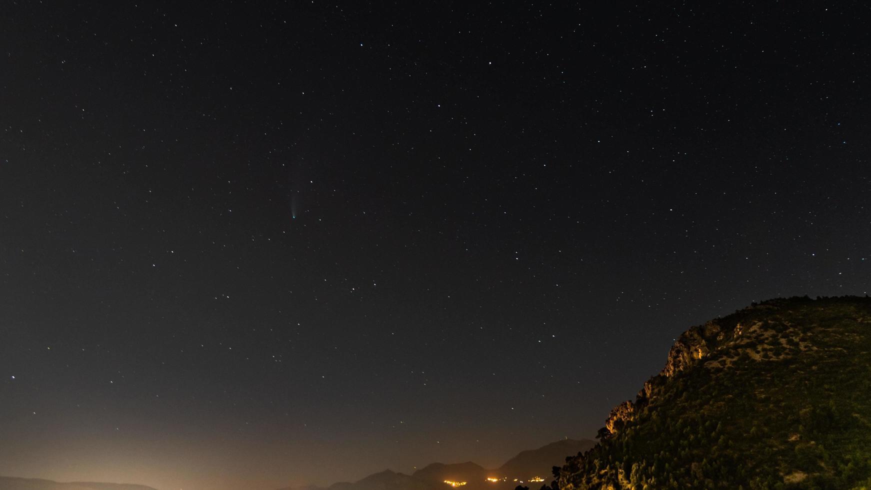 la petite comète Neowise capturée dans le sud de la france photo