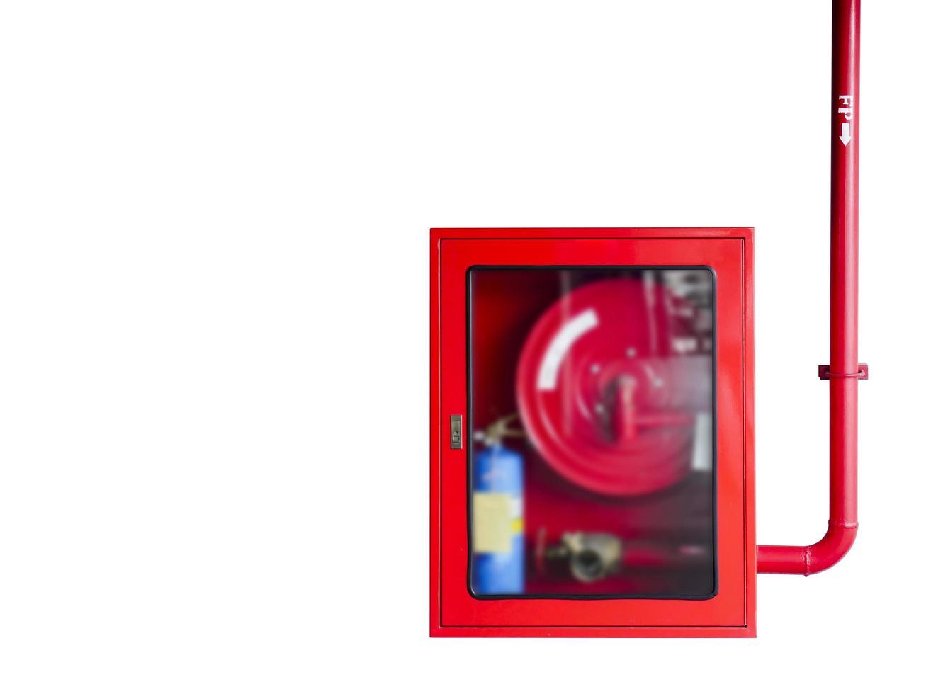 Cabinet de tuyaux d'incendie isolé sur fond blanc photo