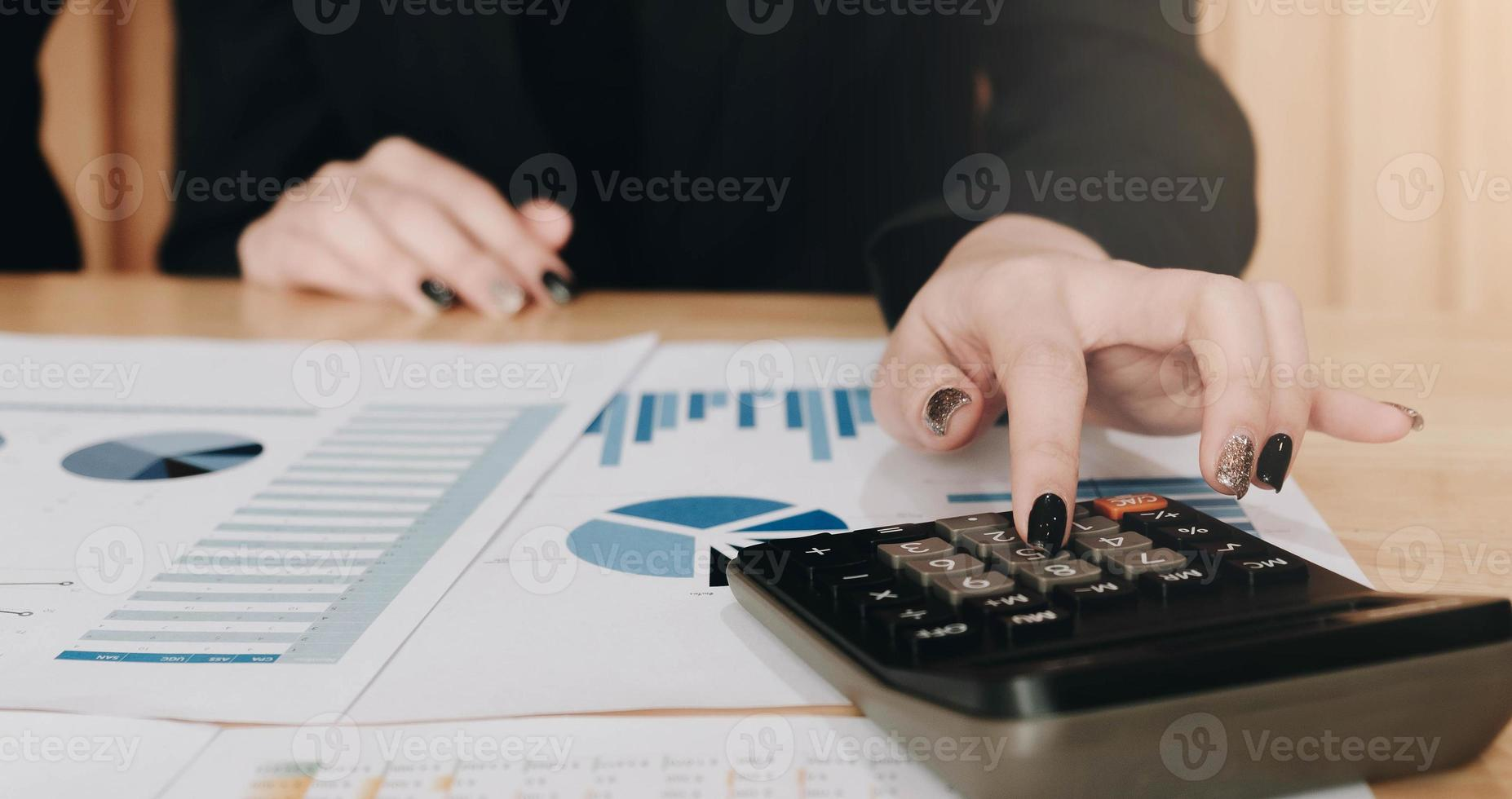 femme, vérification, calculs, sur, documents photo