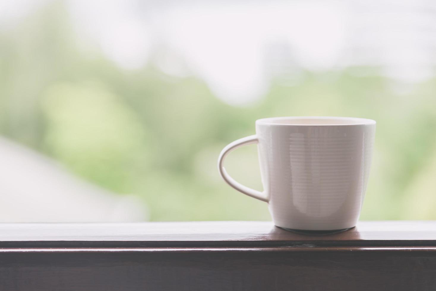 tasse à café blanche avec vue extérieure - effet filtre vintage photo