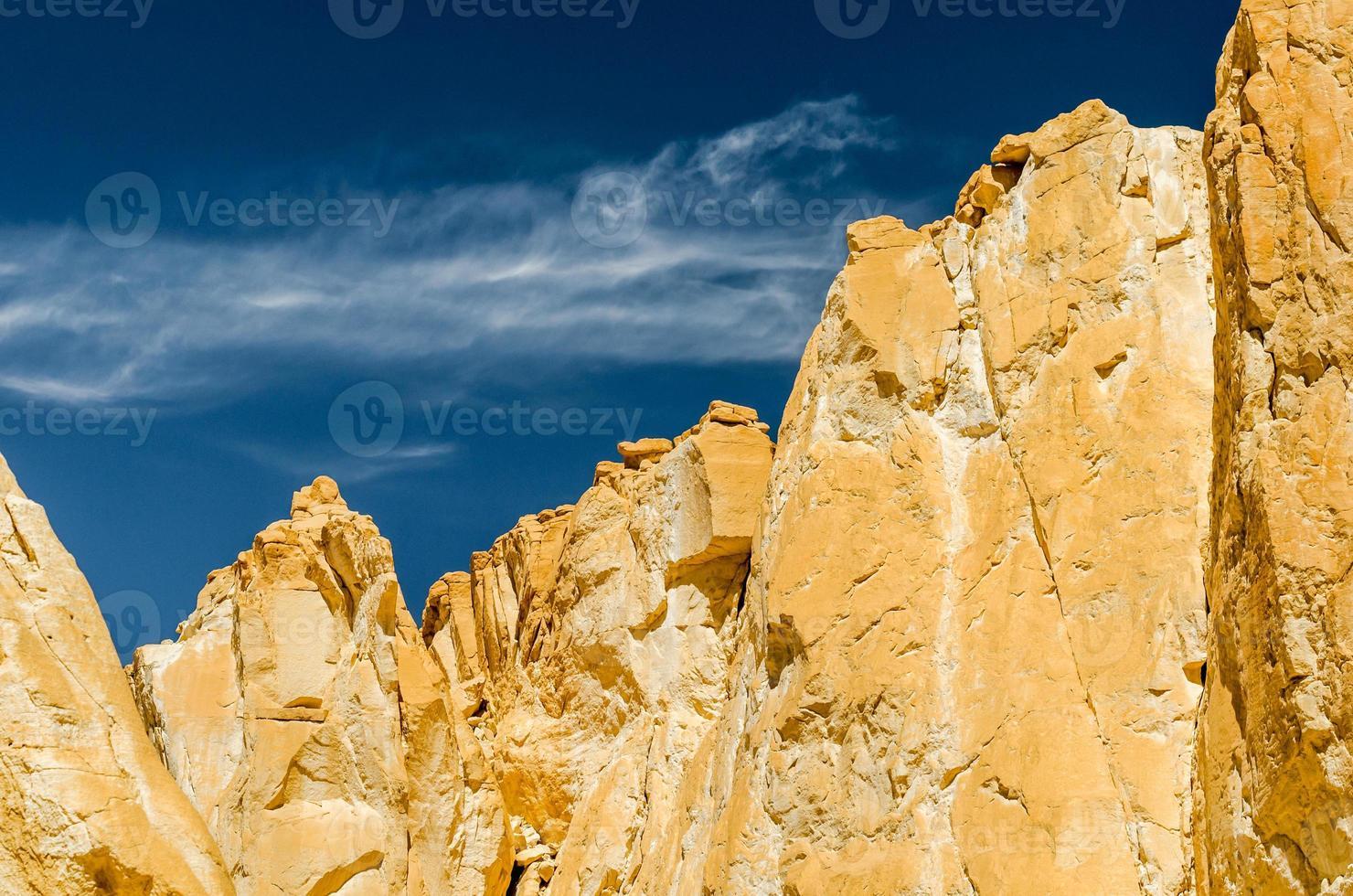 montagnes pointues avec un ciel bleu profond photo