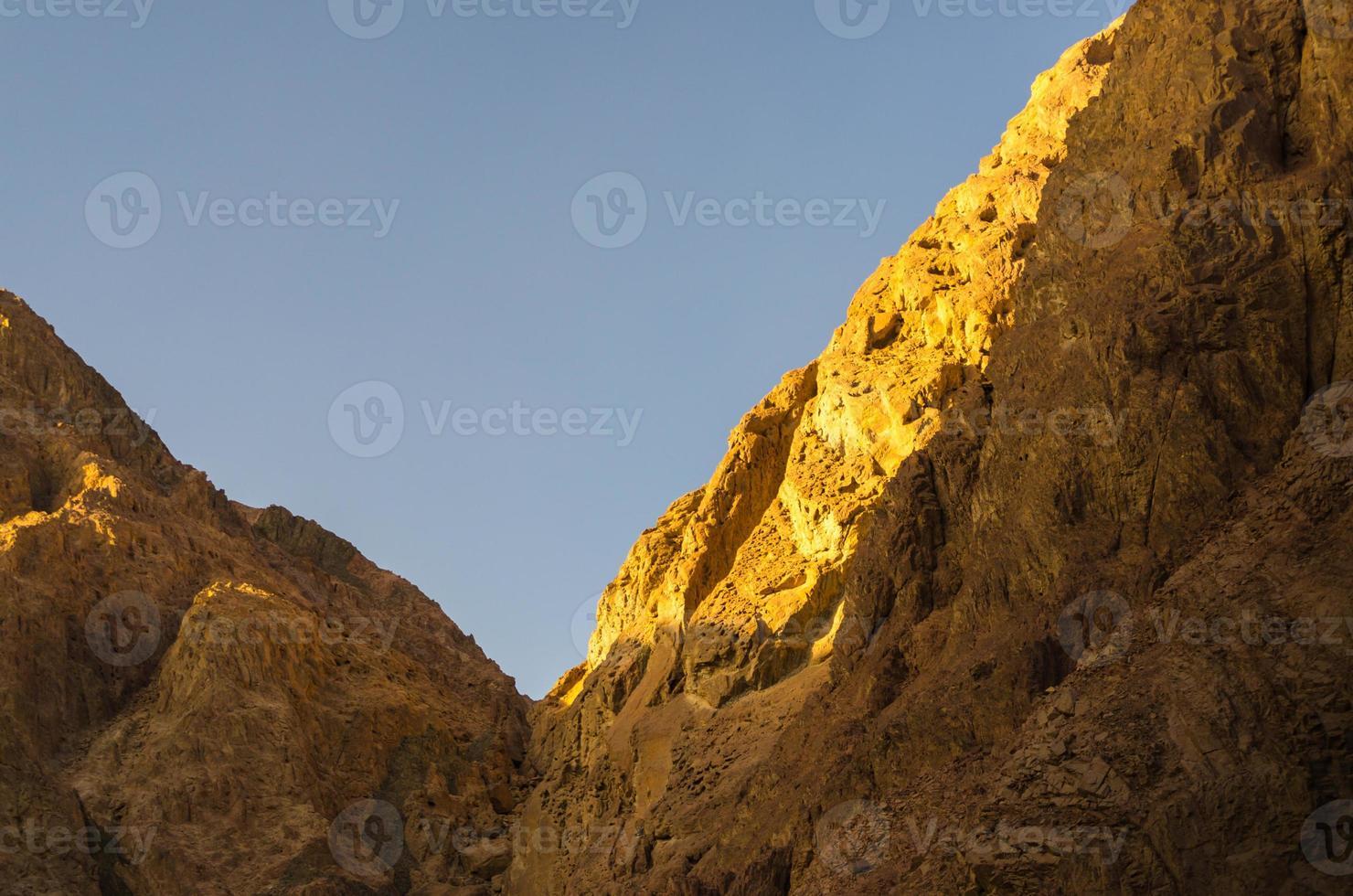 la lumière du soleil sur les montagnes photo