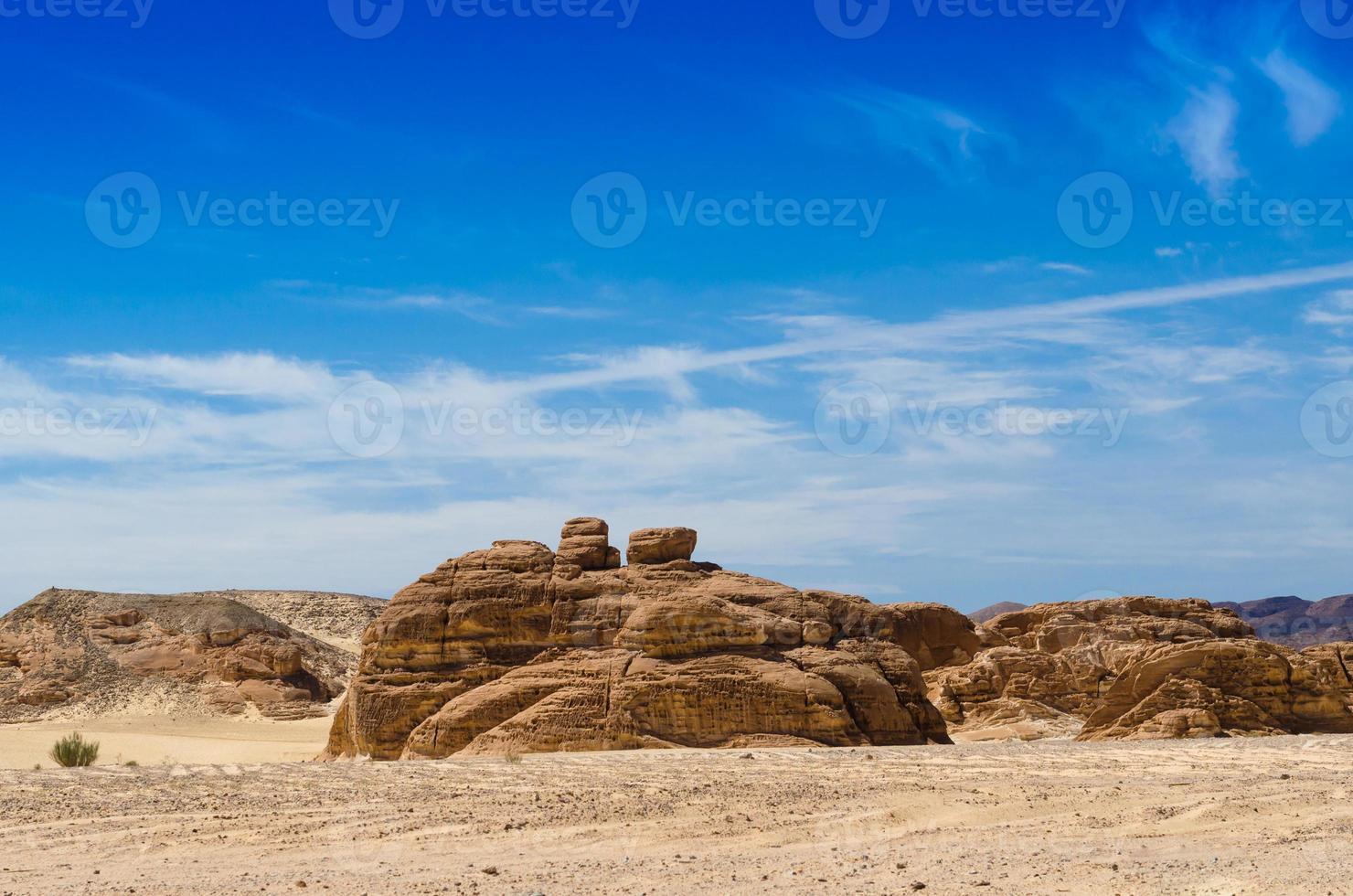 roches dans le désert avec un ciel bleu photo