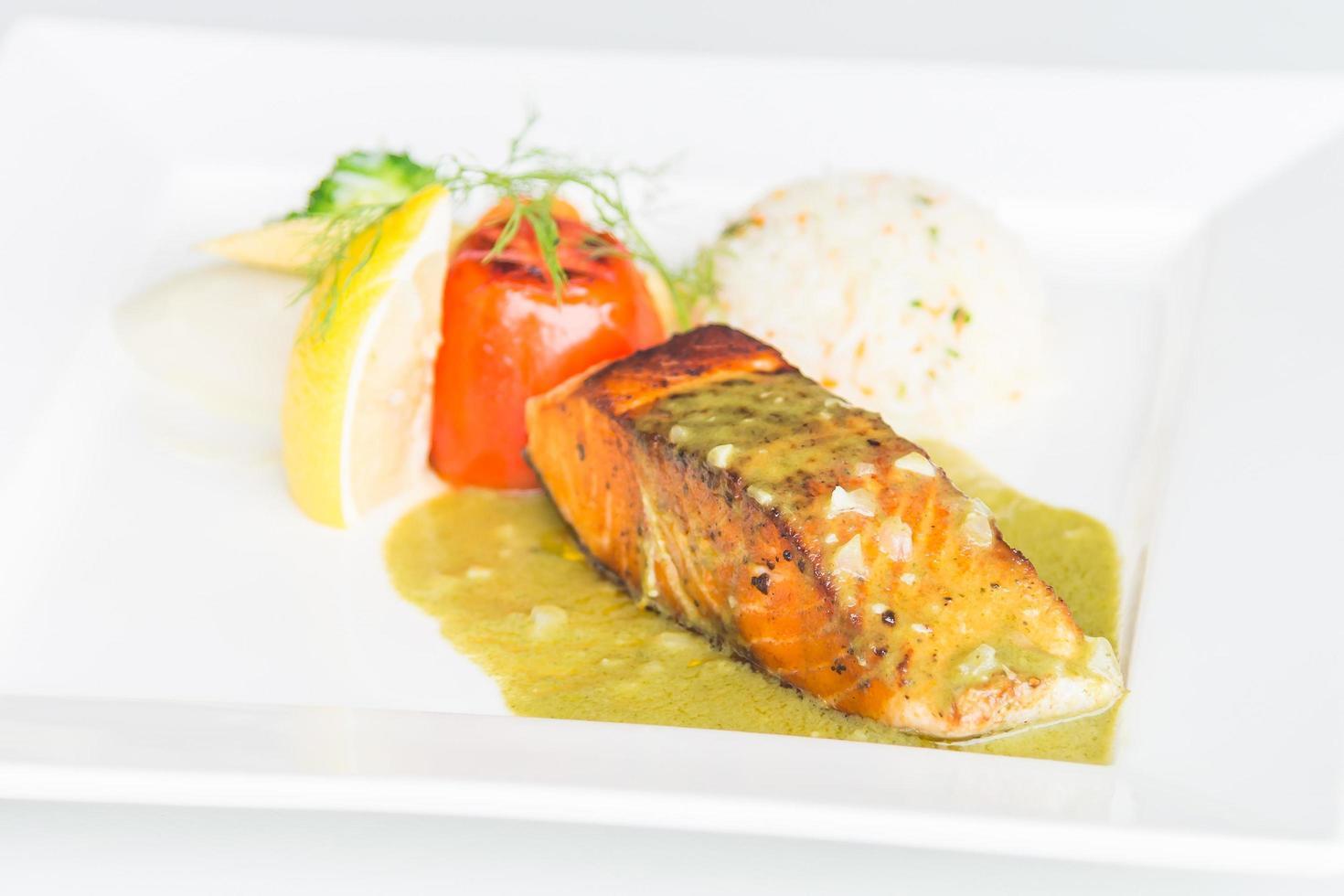 Pavé de saumon sur plaque blanche photo
