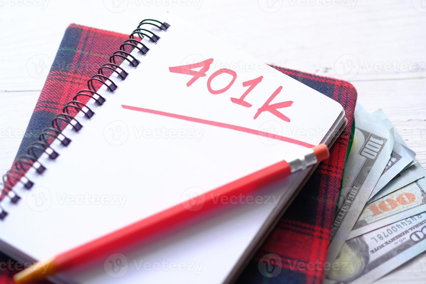 Bloc-notes avec mot 401k sur fond blanc photo