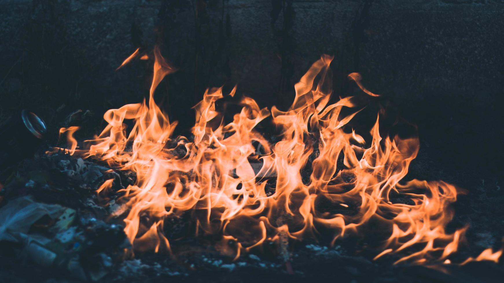 feu de camp de déchets en feu photo