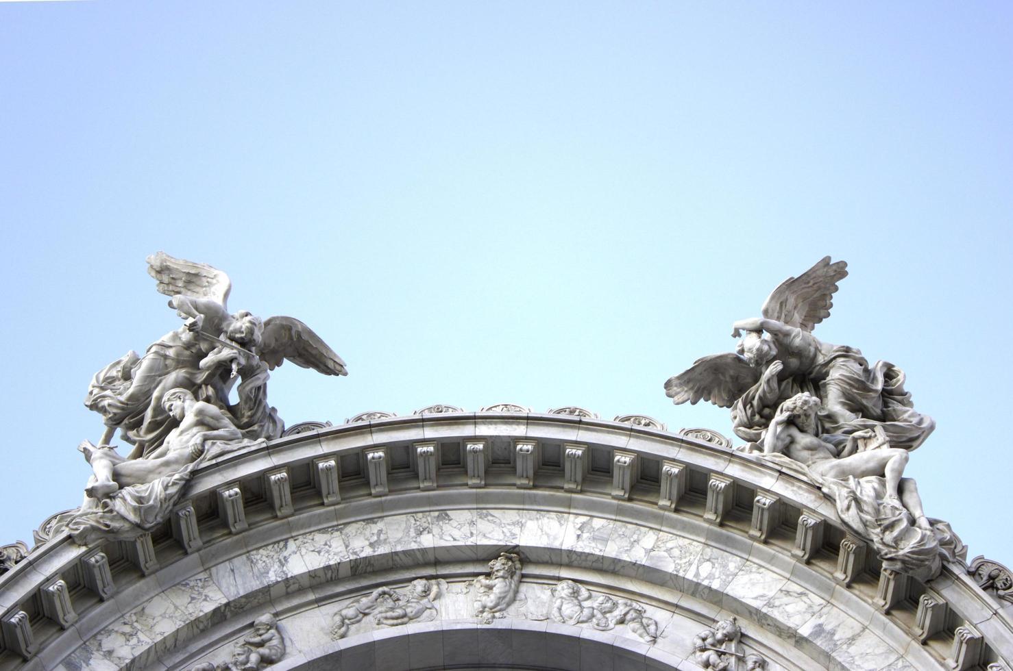 anges du ciel posant au sommet du bâtiment photo