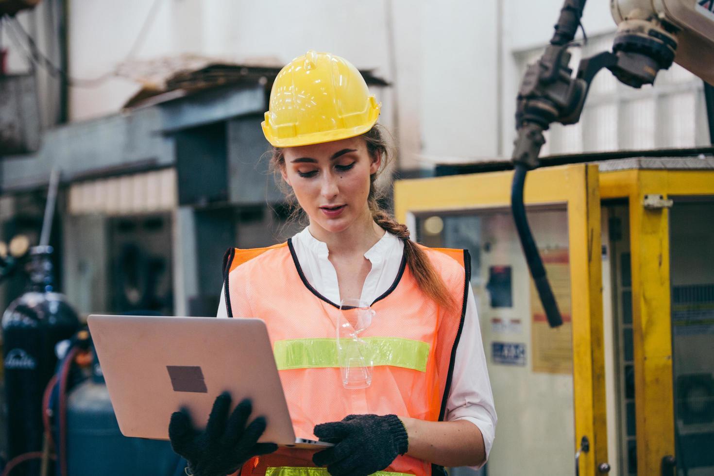 ingénieur sur un chantier de construction avec un ordinateur portable photo