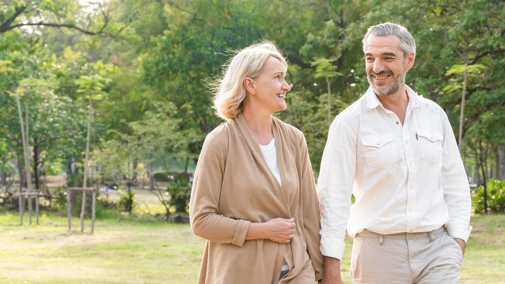 couple d'âge mûr marchant dans un parc photo