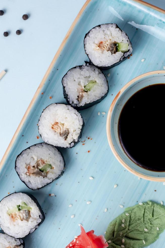 rouleaux de sushi garnis de sauce d'accompagnement au sésame photo